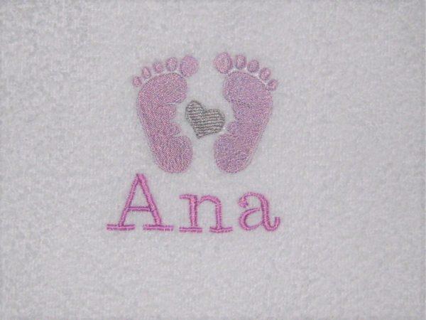 Bordado personalizado huellas bebé lila