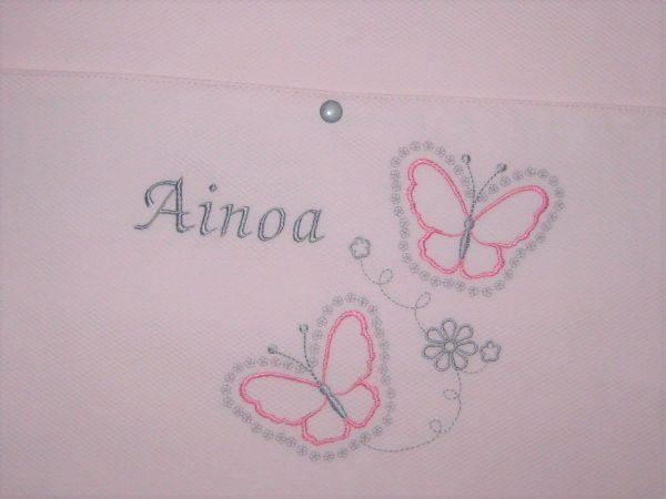 Bordado nombre personalizado con mariposas rosa-gris